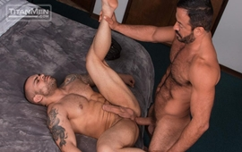 Dallas Steele observa Vinnie Stefano comendo o rabo do Lorenzo Flexx