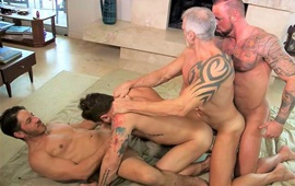 Desert Daddies 4 Way - Dallas Steele, Joey Milano, Michael Roman e Riley Mitchell